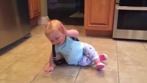 1岁宝宝不知数,背着书包句往外跑,没想带书包也自带脾气