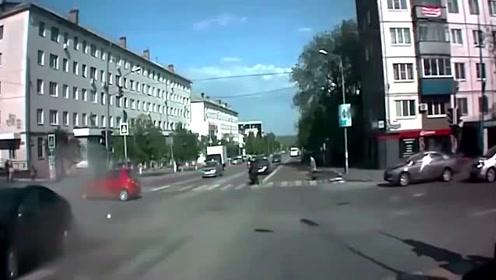十字路口不愧是杀手路口,各种离奇车祸任意发生