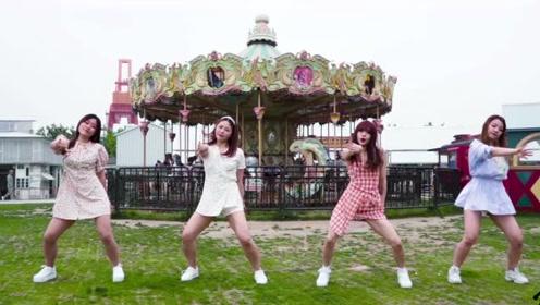 四位小姐姐旋转木马前热舞!场景剪辑的有点酷
