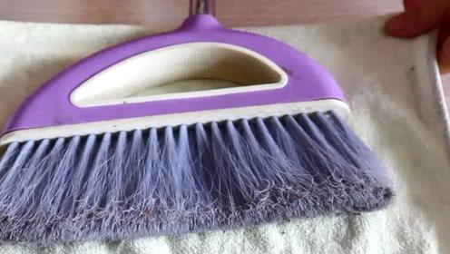 废旧毛巾不要扔,把它套在扫把上,做家务省时又省力,太实用了