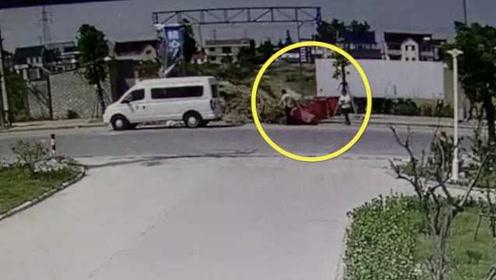连垃圾桶都不放过?两男子狂偷公用垃圾桶,带回家私用