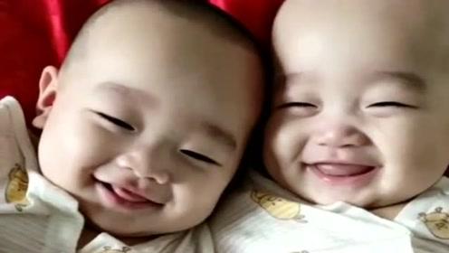 双胞胎兄弟6个月了,每天醒来都会这样,下一幕看完别笑!