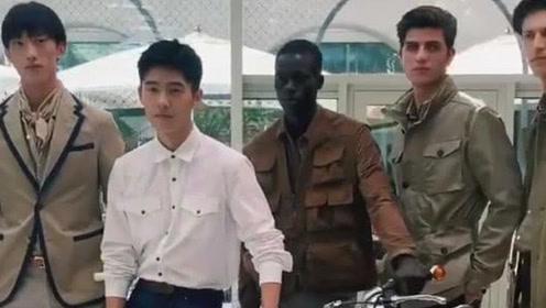 """21岁刘昊然与国外""""顶级男模""""拍摄,气场强大居C位"""