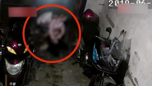 女子醉倒家门口,被一男子拖到竹林,监控拍下嫌疑人