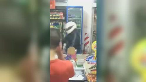 阿根廷抢匪入室抢劫 持枪误伤自己最后身亡
