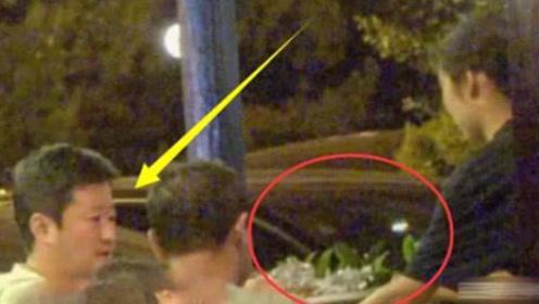 吴京路边摊喝酒被偶遇,醉酒状态一个举动被赞:人品刻在骨子里