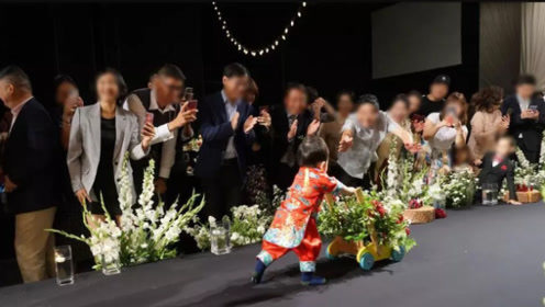秋瓷炫婚礼儿子镜头首度公开 推学步车走路呆萌可爱