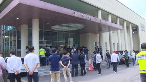 济州岛计划建新机场遭市民反对:反对派扔面粉打人大闹报告会现场