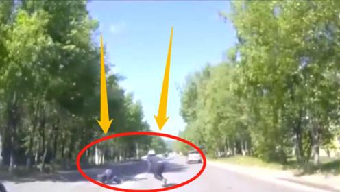 两小伙骑摩托飚车,撞车后翻滚数圈起身就跑!被撞司机目瞪口呆