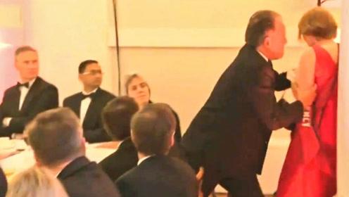 """""""掐颈""""推搡女性引众怒 英外交国务大臣被停职调查"""