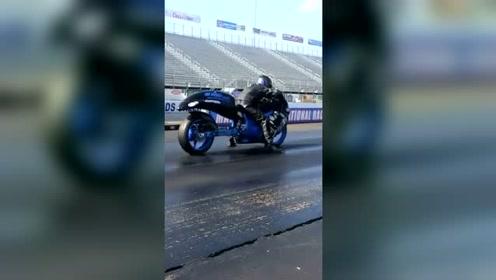 这个摩托车已经无敌了,看得到尾灯算我输