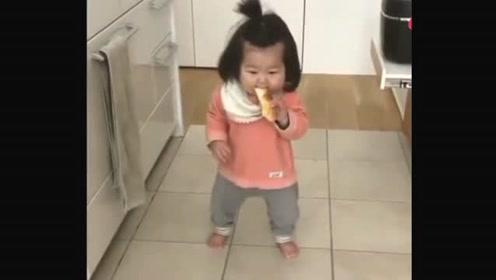 刚学会走路的小宝宝,走几步就停下来吃东西,太可爱了!