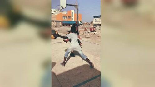 小峰体育:非洲艰苦的环境,依然是有热爱打球的人。