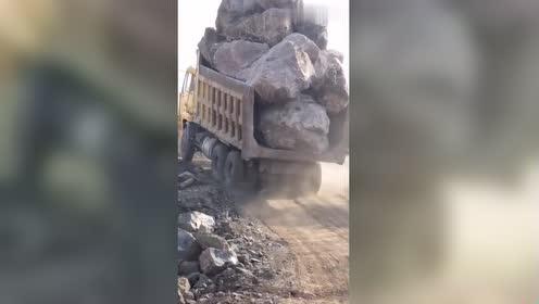 哪个挖机师傅装的石头,有技术