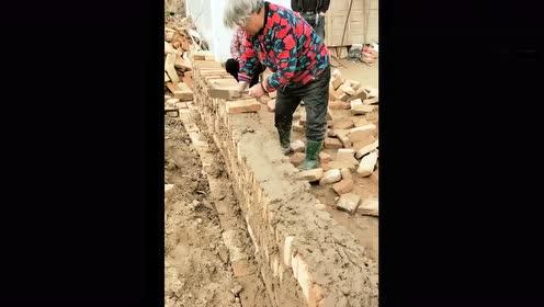 大娘,你这砌墙技术肯定不是大爷教的!