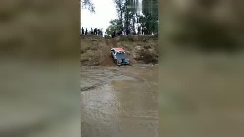 奔驰G都爬不上去的坡,福特猛禽想试试3秒钟后就知道结果了