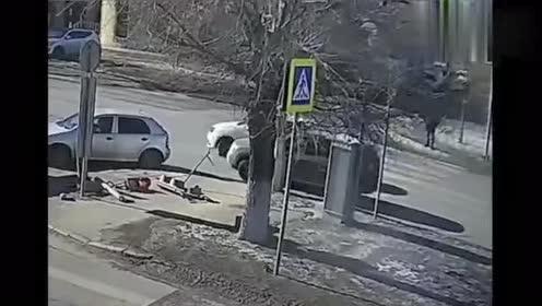 大货车撞坏信号灯只是开始,谁能想到,导致车祸一个接一个