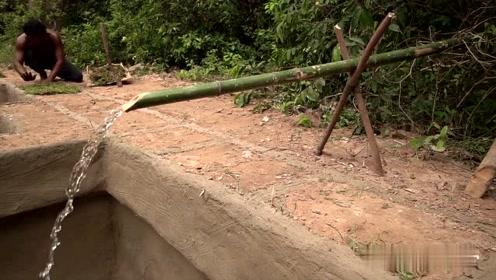 荒野求生:农村小哥深山里修建出私人浴场,这手艺看得人佩服不已
