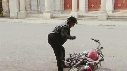 小伙的摩托车倒了,路人在一旁嘲笑,小伙竟然急了