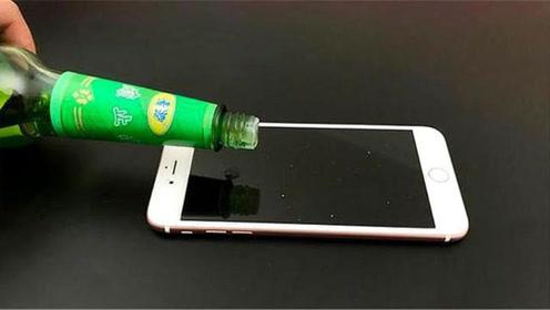 把花露水滴在手机上,太厉害了,解决了很多手机控的烦恼,学到了