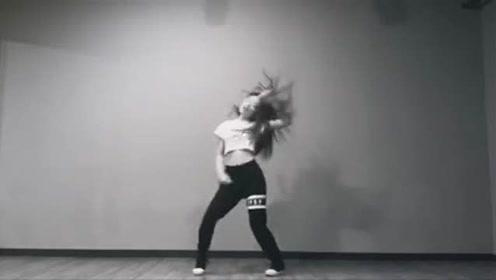 帅帅的小姐姐的舞蹈动作,惹众人一片尖叫!