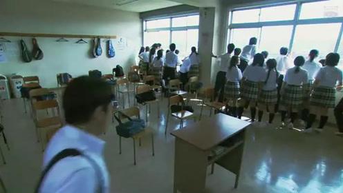发现所有学生靠在窗边看热闹,老师探头去看,一时间愣住了