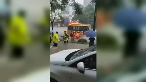 湖南常德暴雨成灾!众人接力救援被困校车