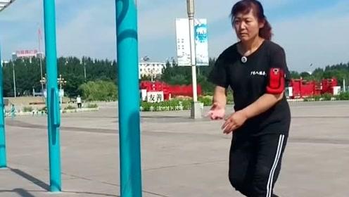 这是我们村的功夫高手,自小习练八极拳,你看大妈身手如何