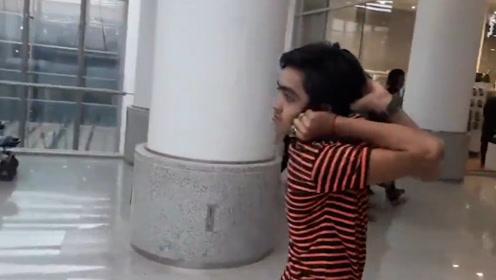 14岁男孩竟能将头转动180度,亲妈看到都吓一跳