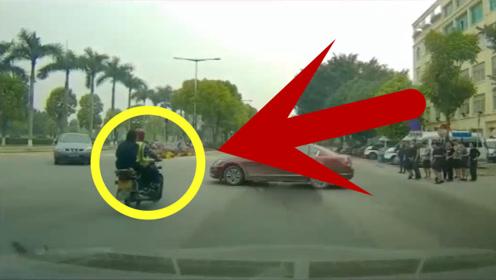摩托车路口闯红灯被撞倒,众人围过来帮忙,轿车司机的心情要崩溃