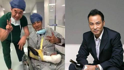 任达华手术后坐轮椅露面,受伤手指首曝光包裹严密