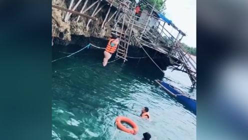 这样的美女,跳下水的那一刻,救生衣都没能把她浮起来!