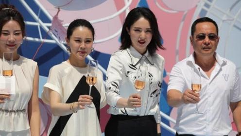董璇确认与高云翔离婚后首现身 高举酒杯女强人范儿十足