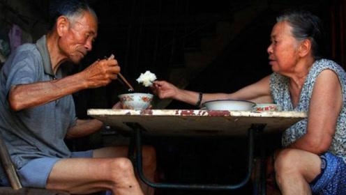80岁农村老人梦想皈依我佛,吃斋念佛50年,但始终舍不得妻子