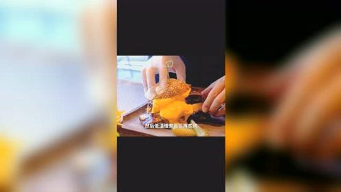 打卡三里屯网红店,整根牛肋排汉堡瀑布一样的奶酪