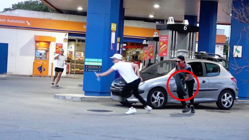 街头恶搞:假装偷轮胎撒腿就跑!车主见状气炸了