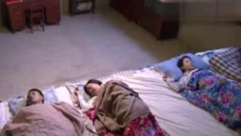 东北人全家都睡在一个炕上,新婚夫妻会不好意思吗?看来多虑了