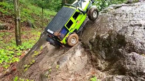 RC汽车模型 吉普车牧马人雨天溪岩石小径越野体验