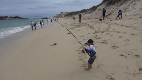 外国三岁男孩,首次去海滩捕鱼,居然竟捕捉6公斤三文鱼