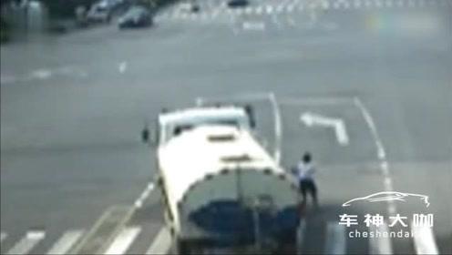 4名学生骑电动车侧翻,被卷洒水车底!