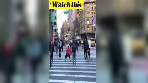 袖珍男子纽约街头边过马路边玩篮球 炫技直接吓倒路人