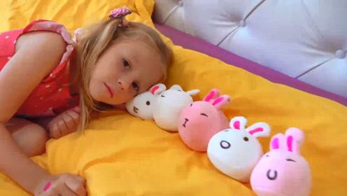 为了给小萝莉找寻合适的枕头,爸爸真是操碎了心,好辛苦呀!