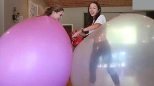 这俩美女真会玩,把自己装到气球里,不怕爆炸吗?