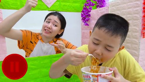 遥控器具有定身的效果,小男孩拿到后定住姐姐,开始吃起了泡面!