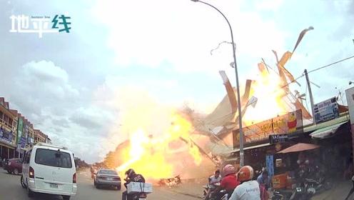 柬埔寨一加油站突然爆炸 屋顶瞬间被炸飞 火光窜天路人惊慌逃跑
