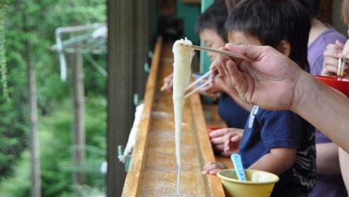 """日本""""最脏""""美食,在竹竿里捞面条,中国游客:这是在吃口水吧?"""