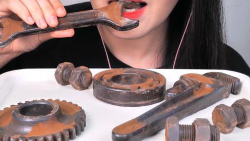 """吃播界的""""钢铁女侠"""",生锈的工具也敢下嘴,网友:牙口真好"""
