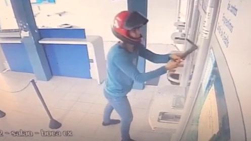 男子不适合做强盗,看这架势,他很适合当装修工!
