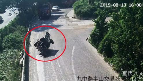 无牌三轮车下坡刹车失灵撞护栏侧翻 骑手瞬间被甩出