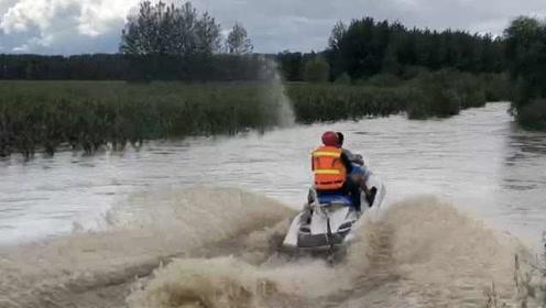 2村民被洪水围困,企业家拉来自家摩托艇参与救援